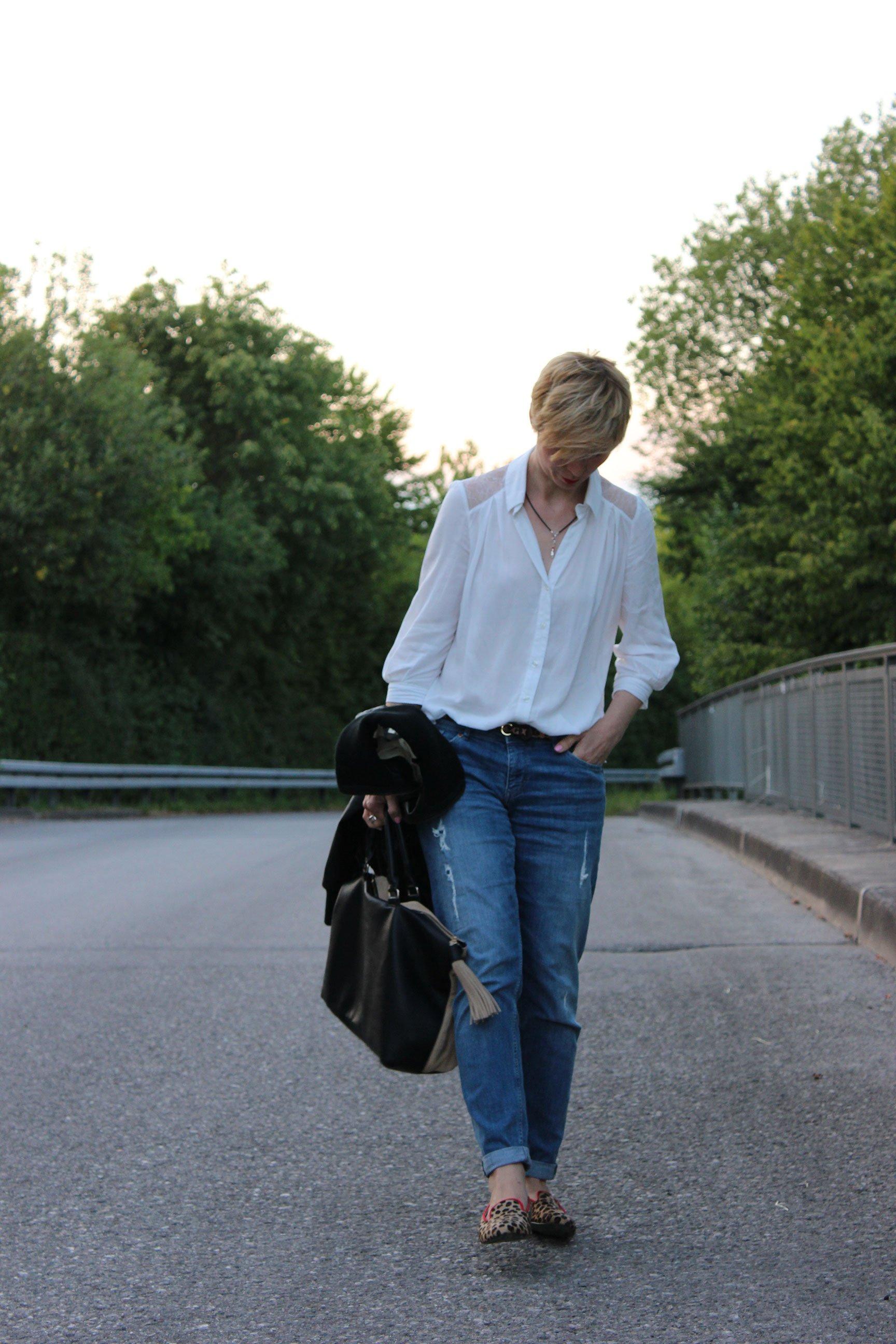Bluse mit Süitzeneinsatz, Boyfriend Jeans, Leo