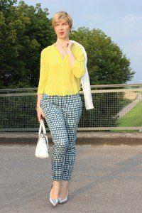 IMG_9595a_blueprintpants_dots_punkte_whiteblazer_yellowblouse_Hallbhuber_HundM_metallic_pumps