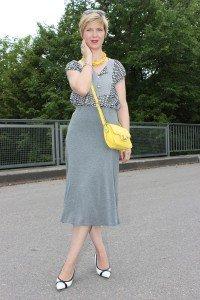 IMG_9731agrey_midiskirt_skirt_silkblouse_pumps_blackandwhite_hundm_yellow_gelb_accessoires_bag_necklace