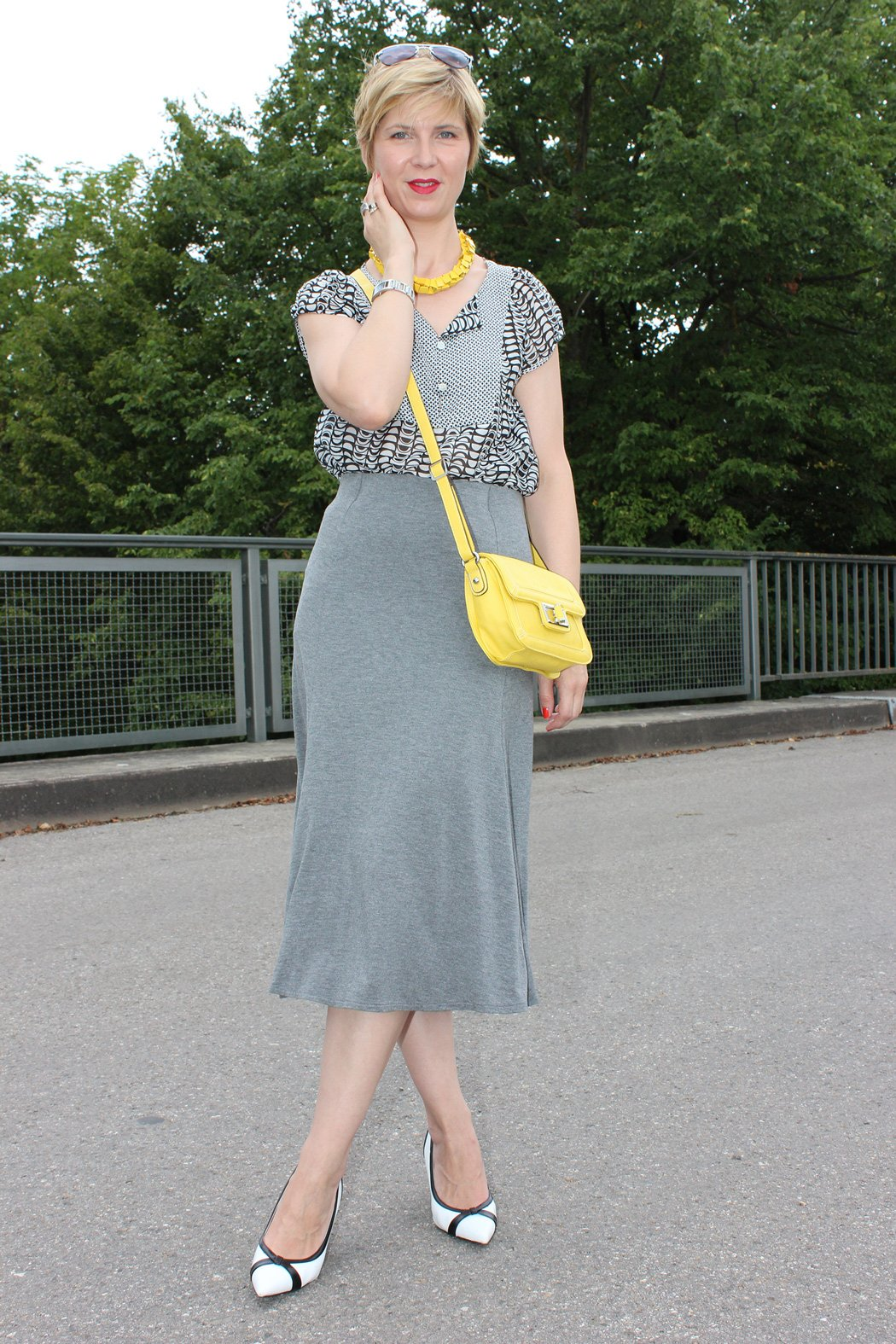 IMG_9731agrey_midiskirt_skirt_silkblouse_pumps_blackandwhite_hundm_yellow_gelb_accessoires_bag_necklace
