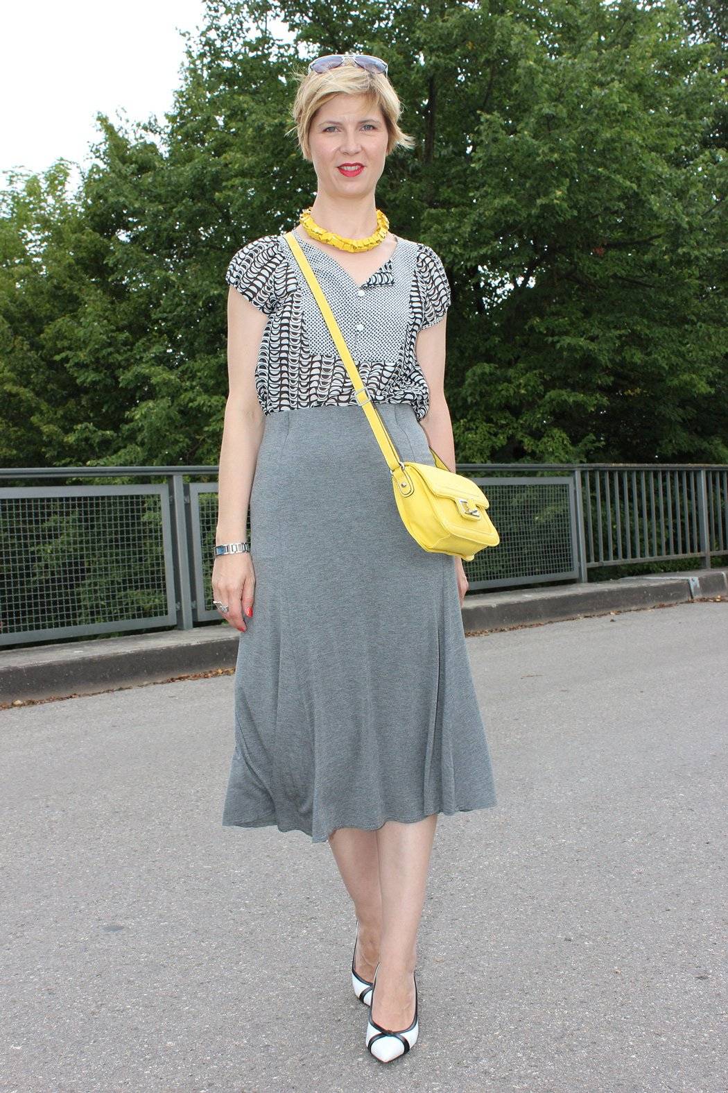 IMG_9735agrey_midiskirt_skirt_silkblouse_pumps_blackandwhite_hundm_yellow_gelb_accessoires_bag_necklace