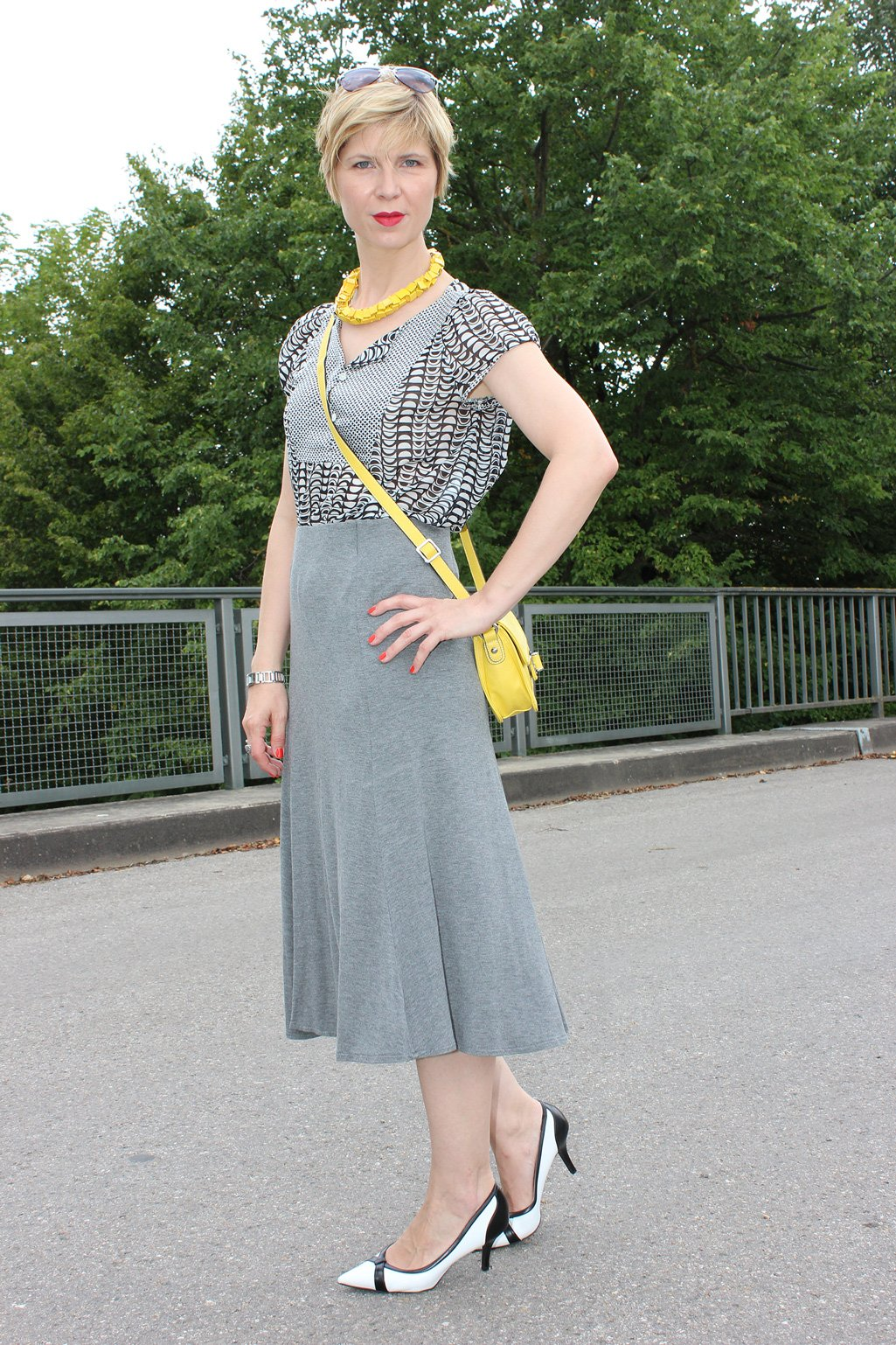 IMG_9737agrey_midiskirt_skirt_silkblouse_pumps_blackandwhite_hundm_yellow_gelb_accessoires_bag_necklace