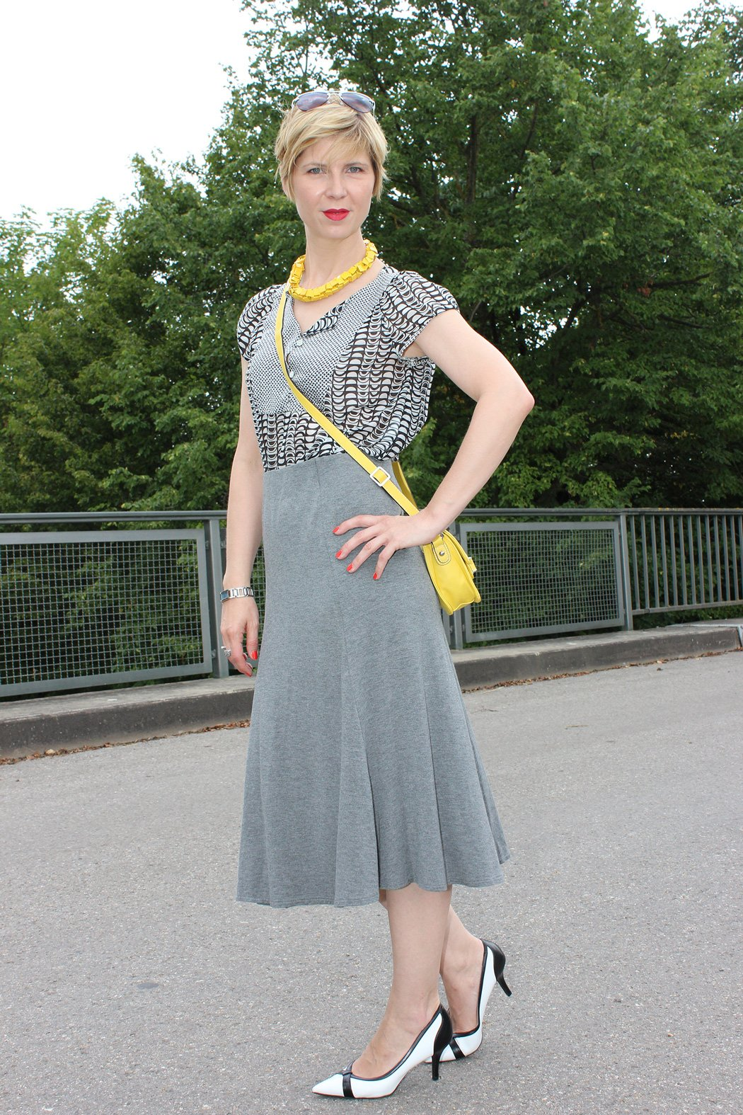 IMG_9738agrey_midiskirt_skirt_silkblouse_pumps_blackandwhite_hundm_yellow_gelb_accessoires_bag_necklace