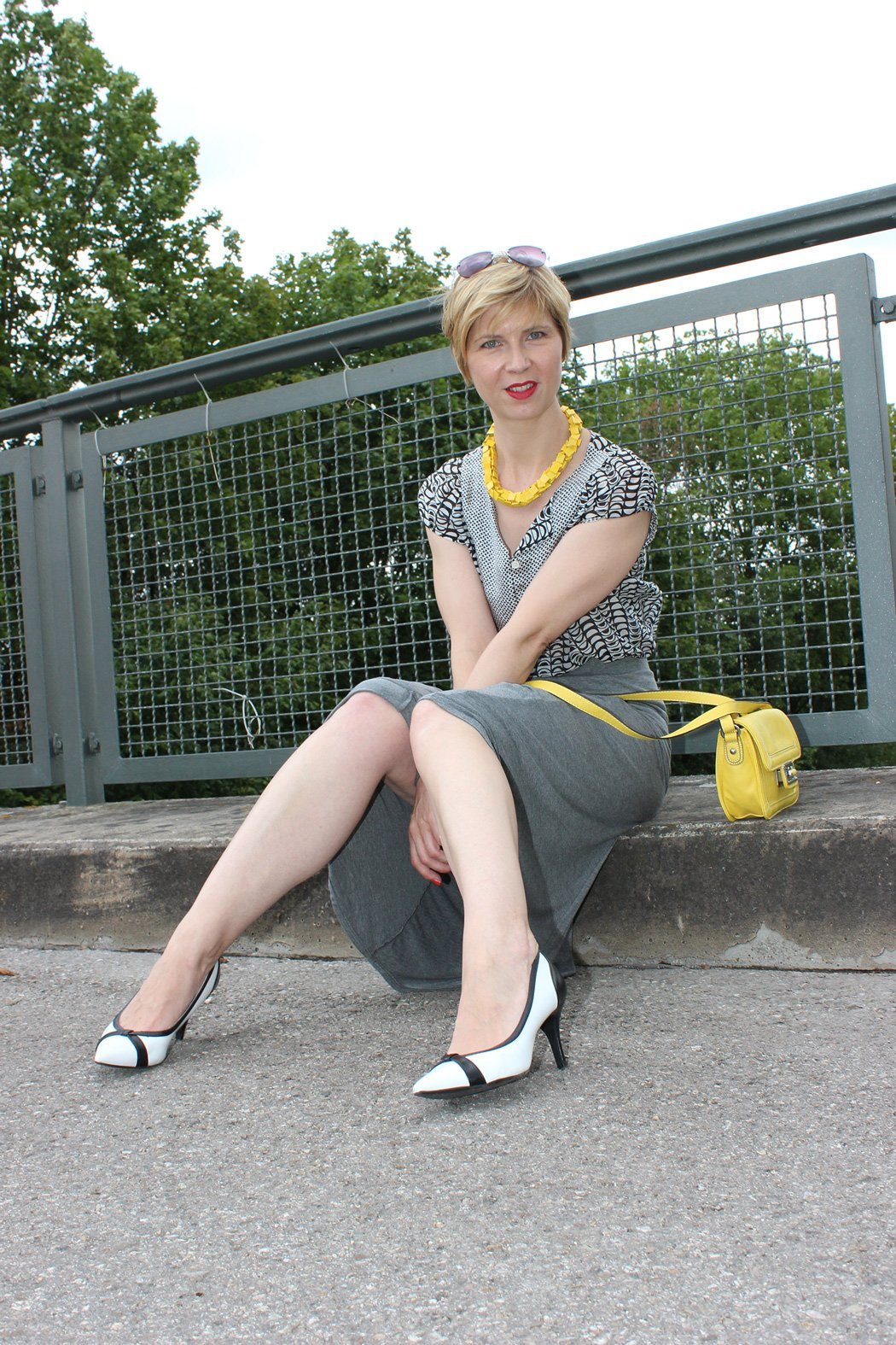 IMG_9751agrey_midiskirt_skirt_silkblouse_pumps_blackandwhite_hundm_yellow_gelb_accessoires_bag_necklace