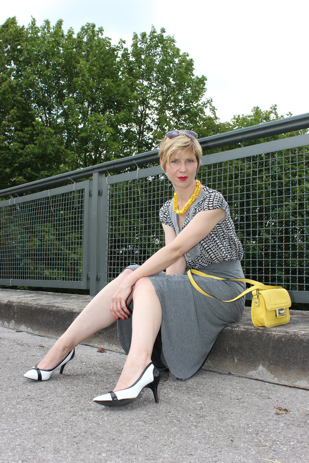 IMG_9753agrey_midiskirt_skirt_silkblouse_pumps_blackandwhite_hundm_yellow_gelb_accessoires_bag_necklace