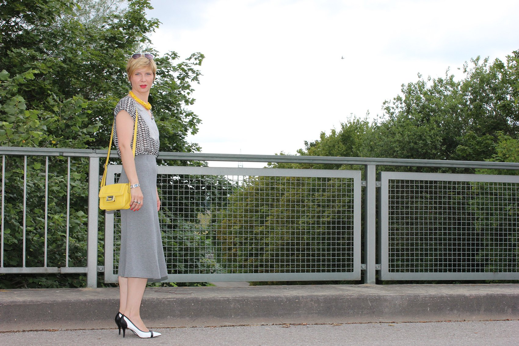 IMG_9765agrey_midiskirt_skirt_silkblouse_pumps_blackandwhite_hundm_yellow_gelb_accessoires_bag_necklace