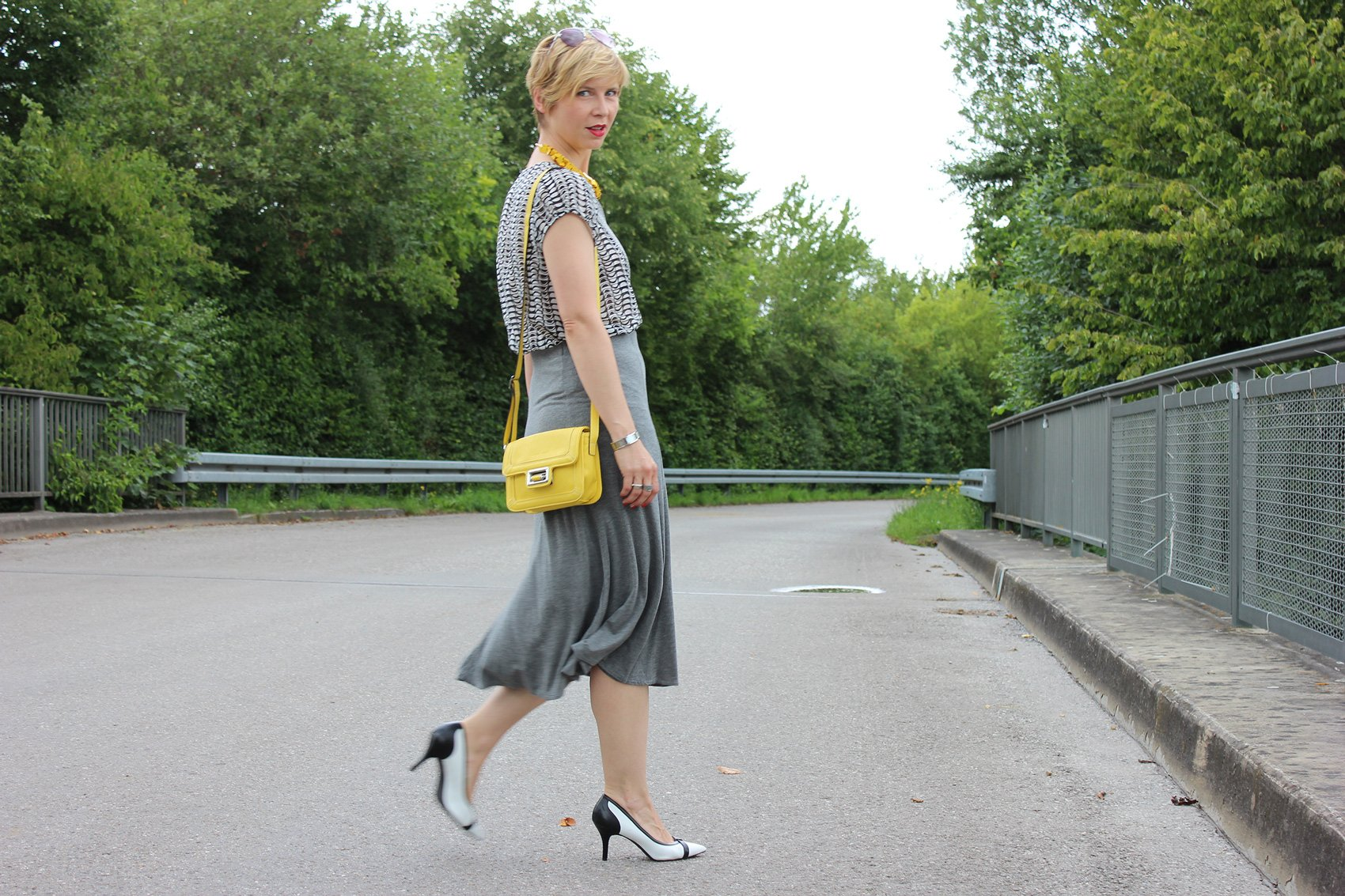 IMG_9774agrey_midiskirt_skirt_silkblouse_pumps_blackandwhite_hundm_yellow_gelb_accessoires_bag_necklace