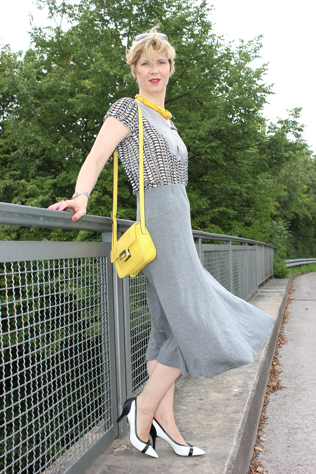 IMG_9778agrey_midiskirt_skirt_silkblouse_pumps_blackandwhite_hundm_yellow_gelb_accessoires_bag_necklace