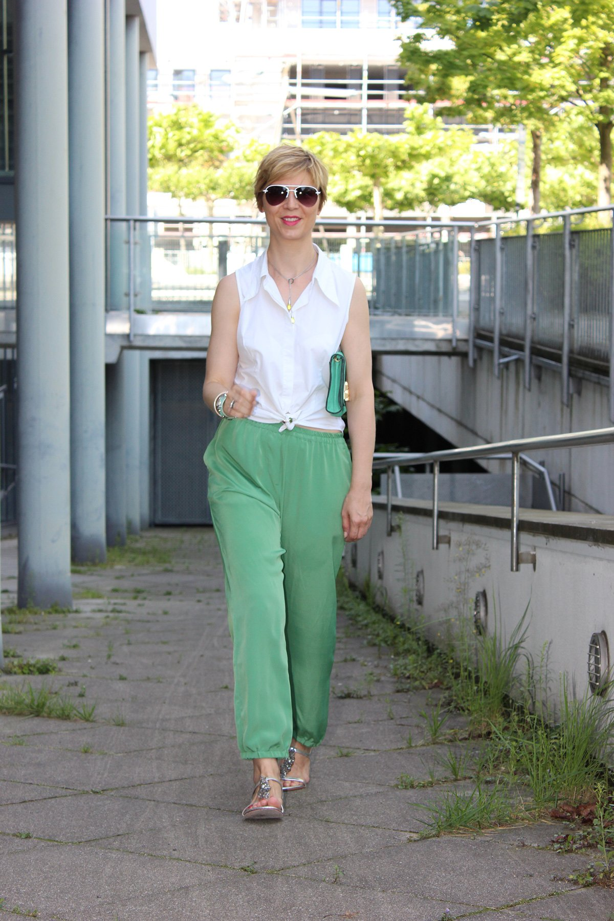 IMG_9390a_Seidenhose_Rosalia_casualSommerOutfit_weißeBluse_Sandals_Boden
