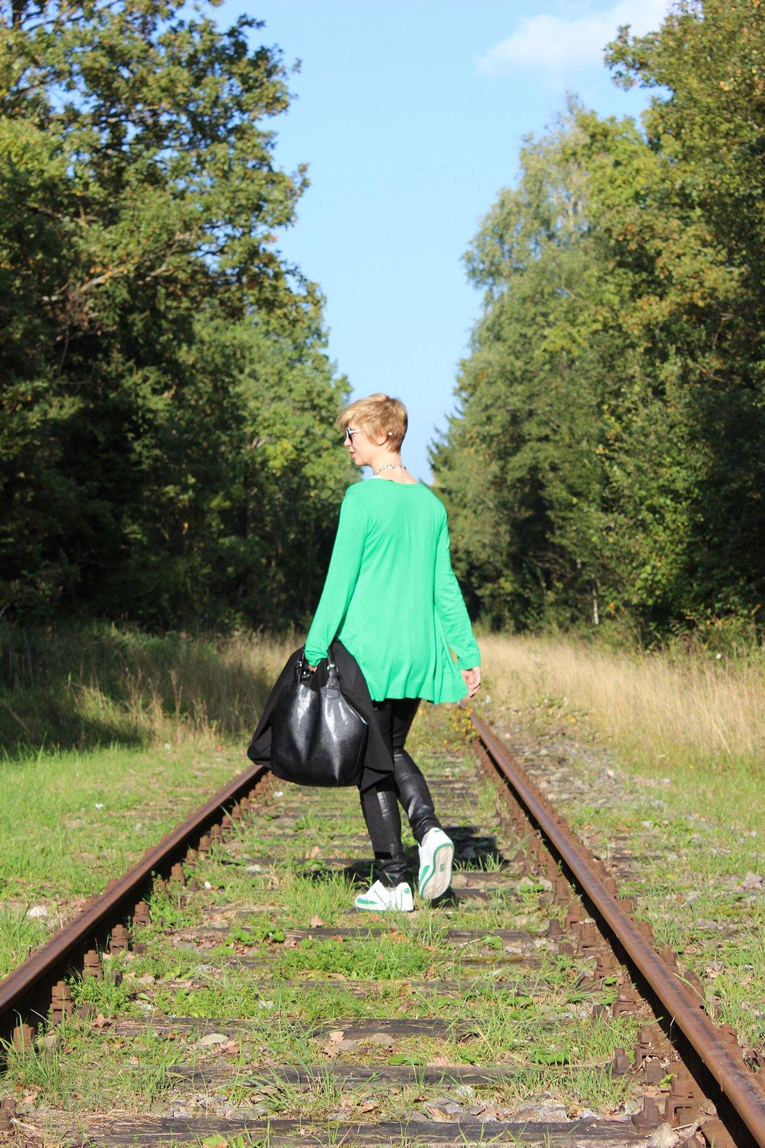 IMG_2278a_Leatherlegging_greenCardigan_Shirt_SneakersPuma