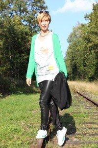 IMG_2304a_Leatherlegging_greenCardigan_Shirt_SneakersPuma