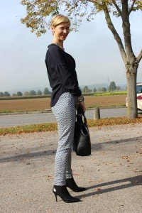 IMG_2667a_Herbstoutfit_Musterhose_blau_schwarz