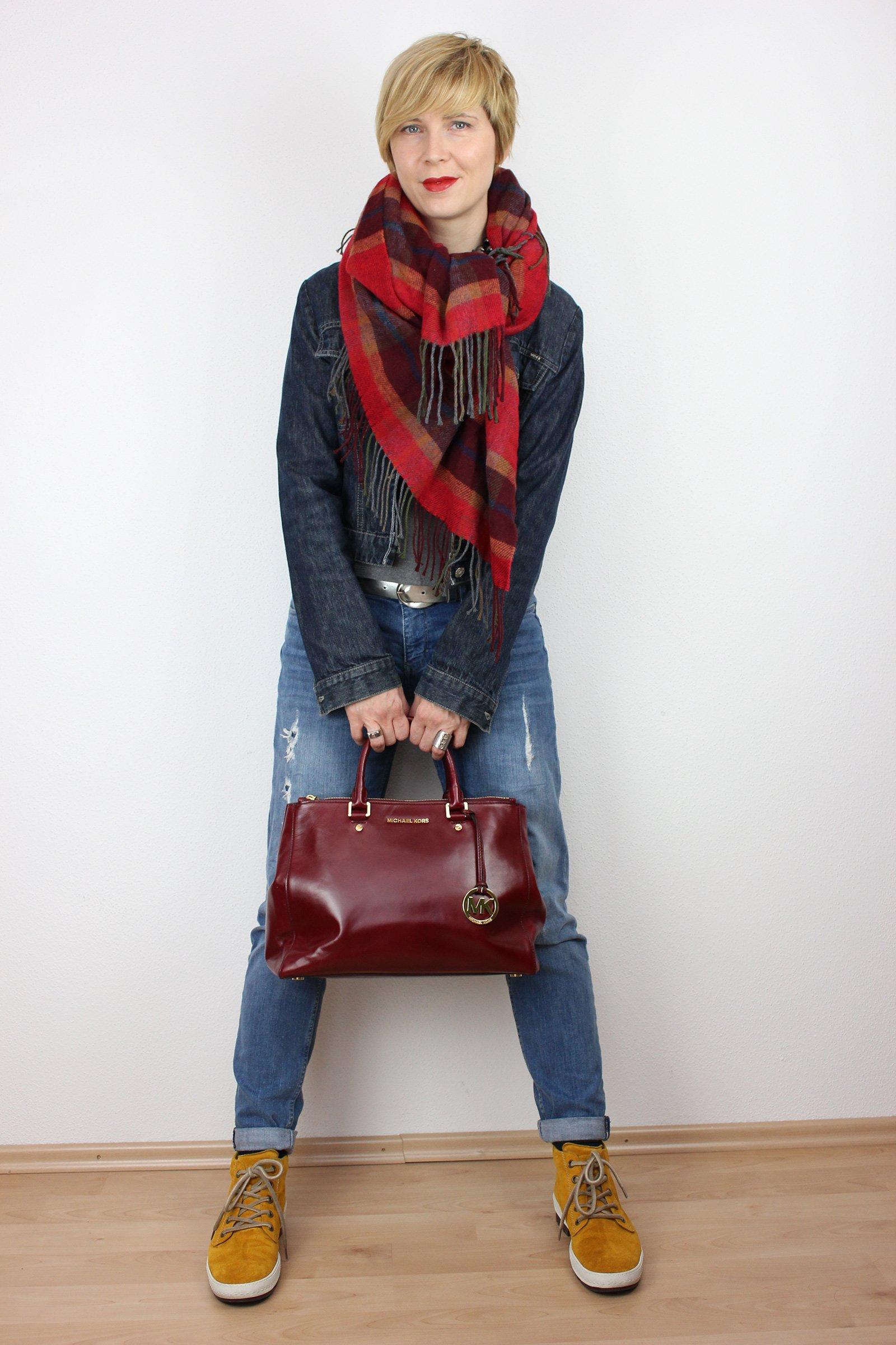 IMG_3146a_OversizedScarf_BoyfriendJeans_Cape_rot_senfgelb_MichaelKors