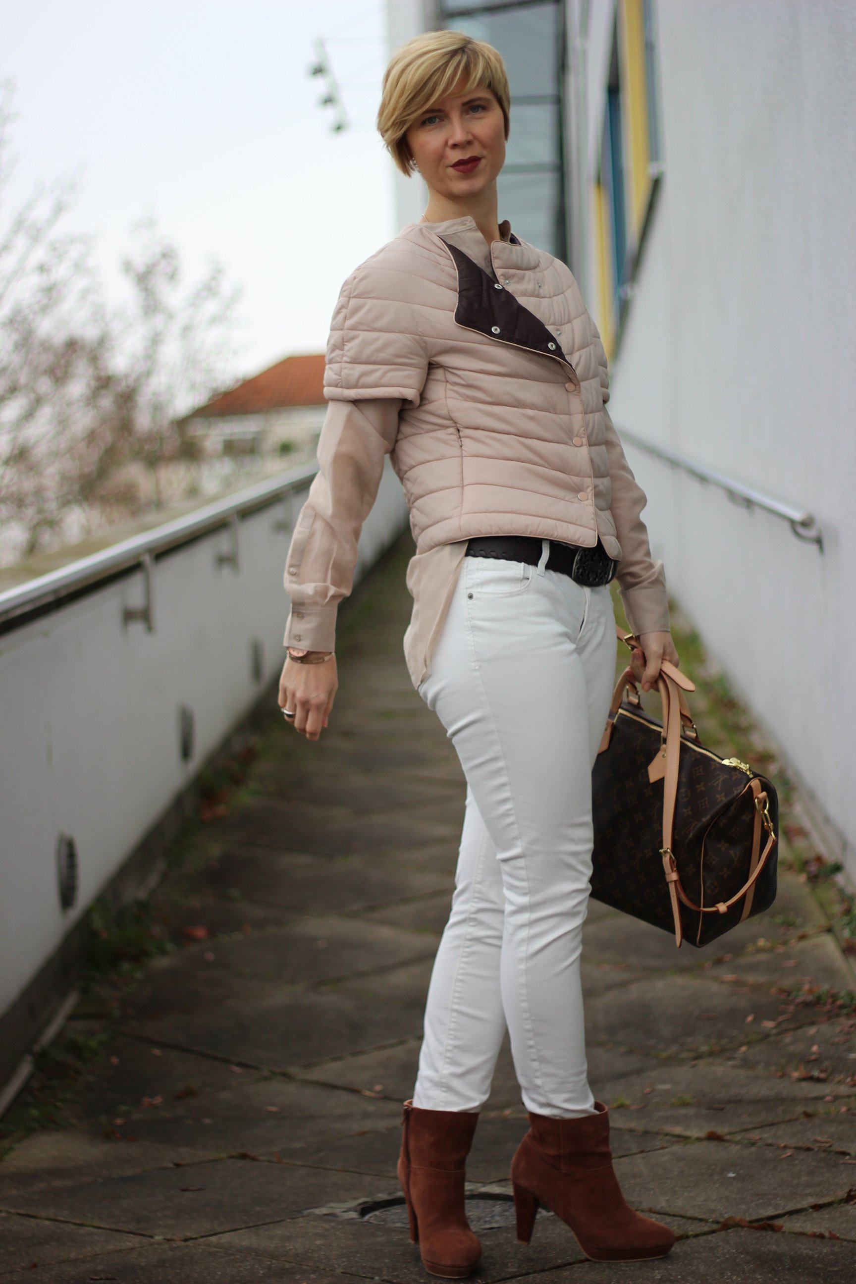 IMG_5860a_ConnyDoll_windsor_advent_seidenbluse_steppjacke_nude_hellbeige_louisvuitton_weisseHose