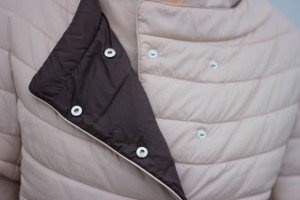 IMG_5898a_ConnyDoll_windsor_advent_seidenbluse_steppjacke_nude_hellbeige_louisvuitton_weisseHose_Detail_Weste