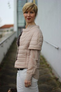 IMG_5936a_ConnyDoll_windsor_advent_seidenbluse_steppjacke_nude_hellbeige_louisvuitton_weisseHose