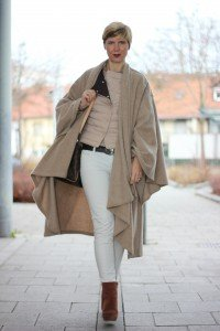 IMG_5950a_ConnyDoll_windsor_advent_seidenbluse_steppjacke_nude_hellbeige_louisvuitton_weisseHose