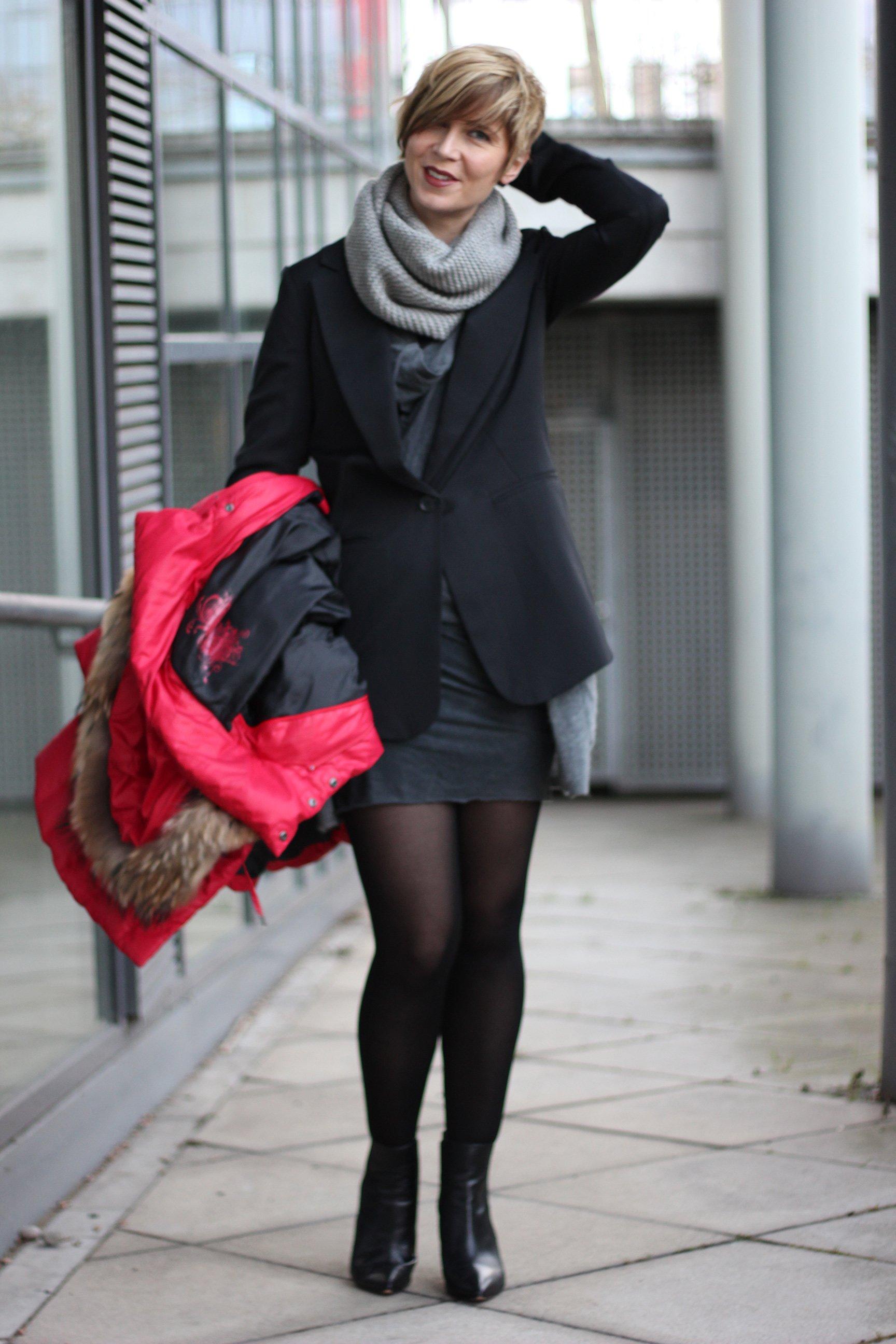 Sommerkleid mit Kaschmirstrickjacke, grau