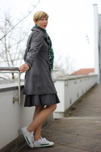 IMG_1225a_Schumacher_Lederrock_Green_Gruen_Grau_Nike_Sneakers_Tights_Strumpfhosen_Casual