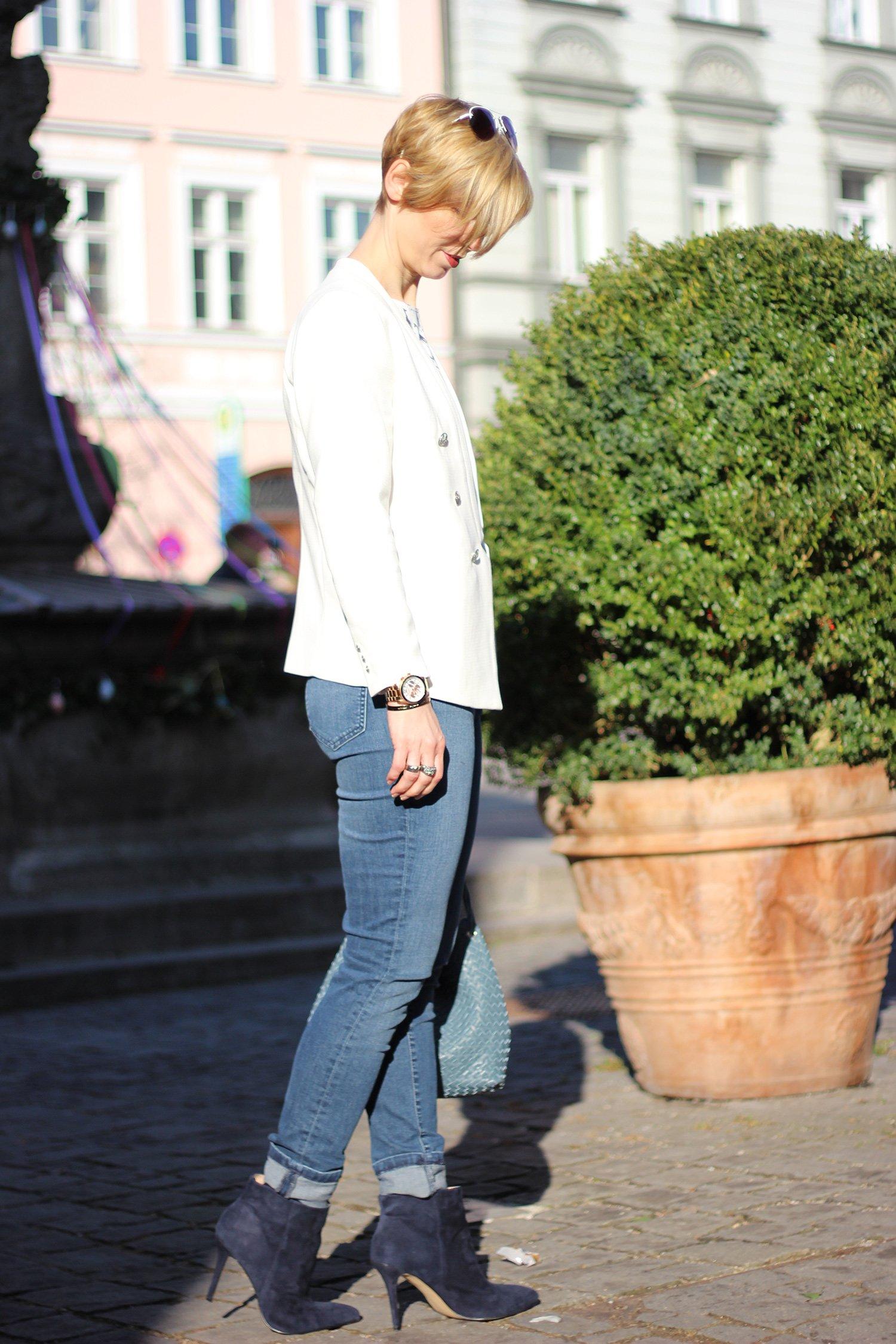 IMG_1483a_Asos_Mantel_rot_Giraffenshirt_Highwaist_jeans_Stiefeletten_Blazer_weiss