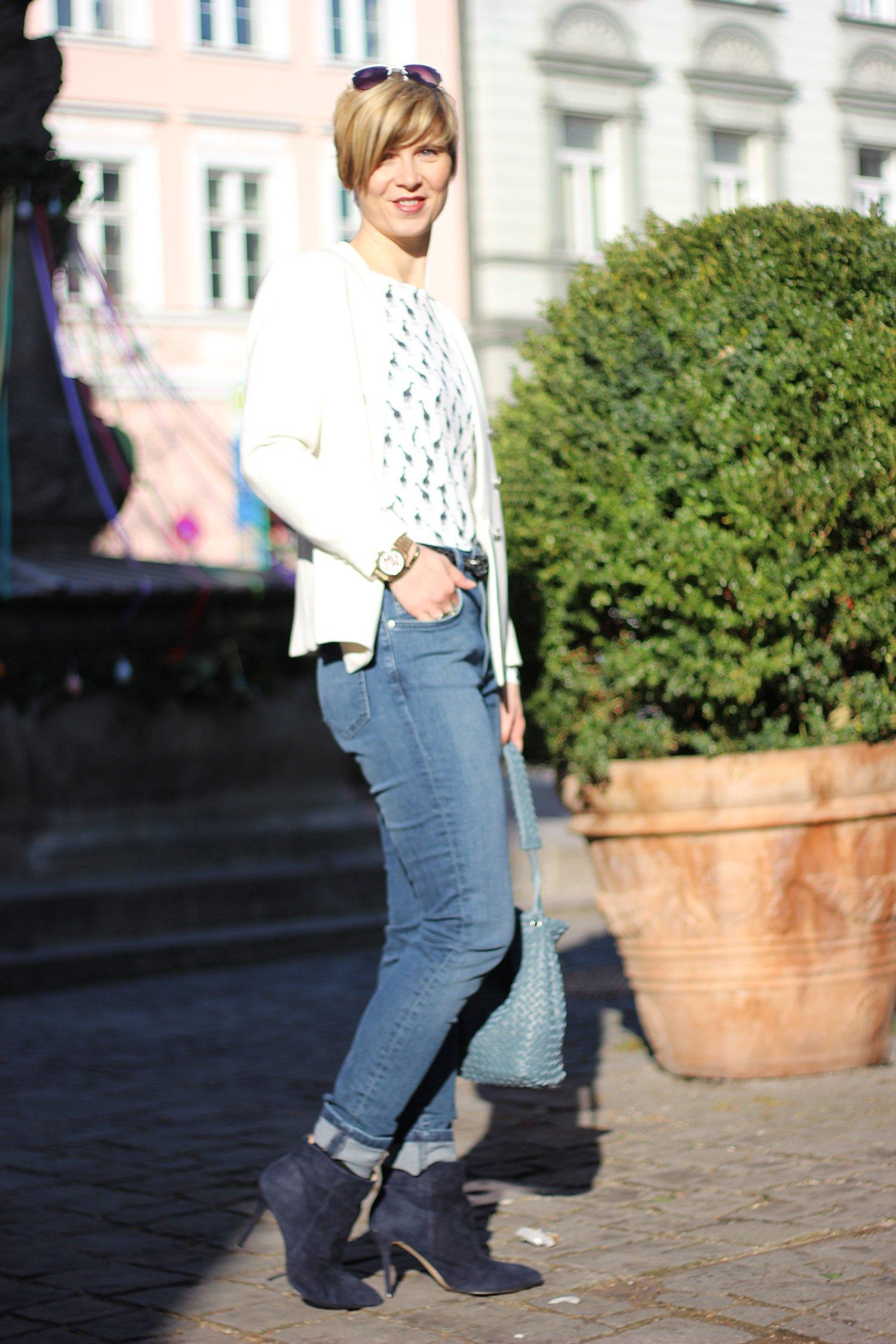 IMG_1486a_Asos_Mantel_rot_Giraffenshirt_Highwaist_jeans_Stiefeletten_Blazer_weiss