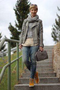 IMG_2056a_Strickpulli_Seidentop_OnlyAnkleSkinny_differentshoes_Lederjacke_Mrs&Hugs