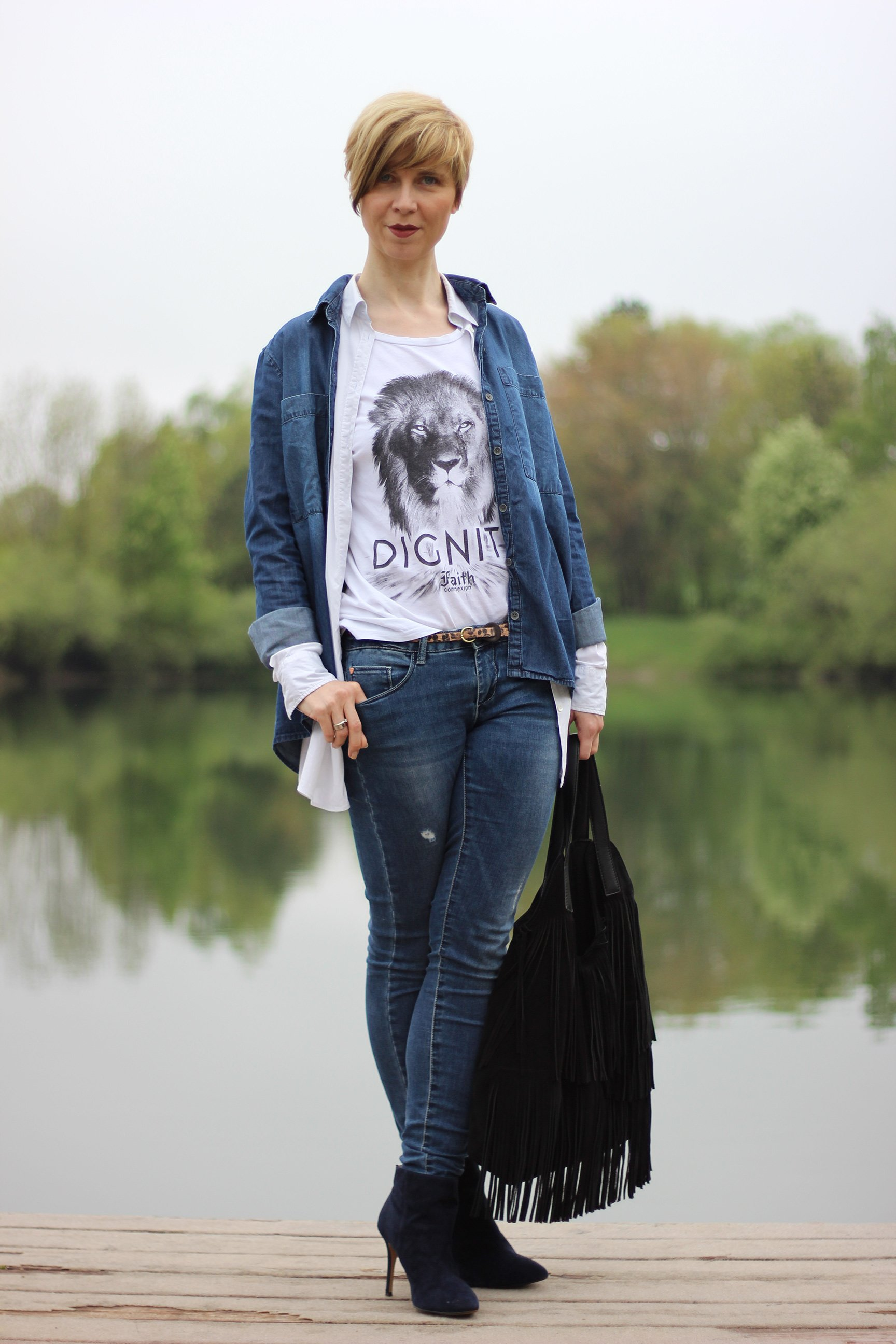 IMG_3893a_Jeansallover_weisseBluse_Jeanshose_Jeanshemd_Stiefeletten_Ahemadundahos_Conny_Printshirt_FaithConnexion
