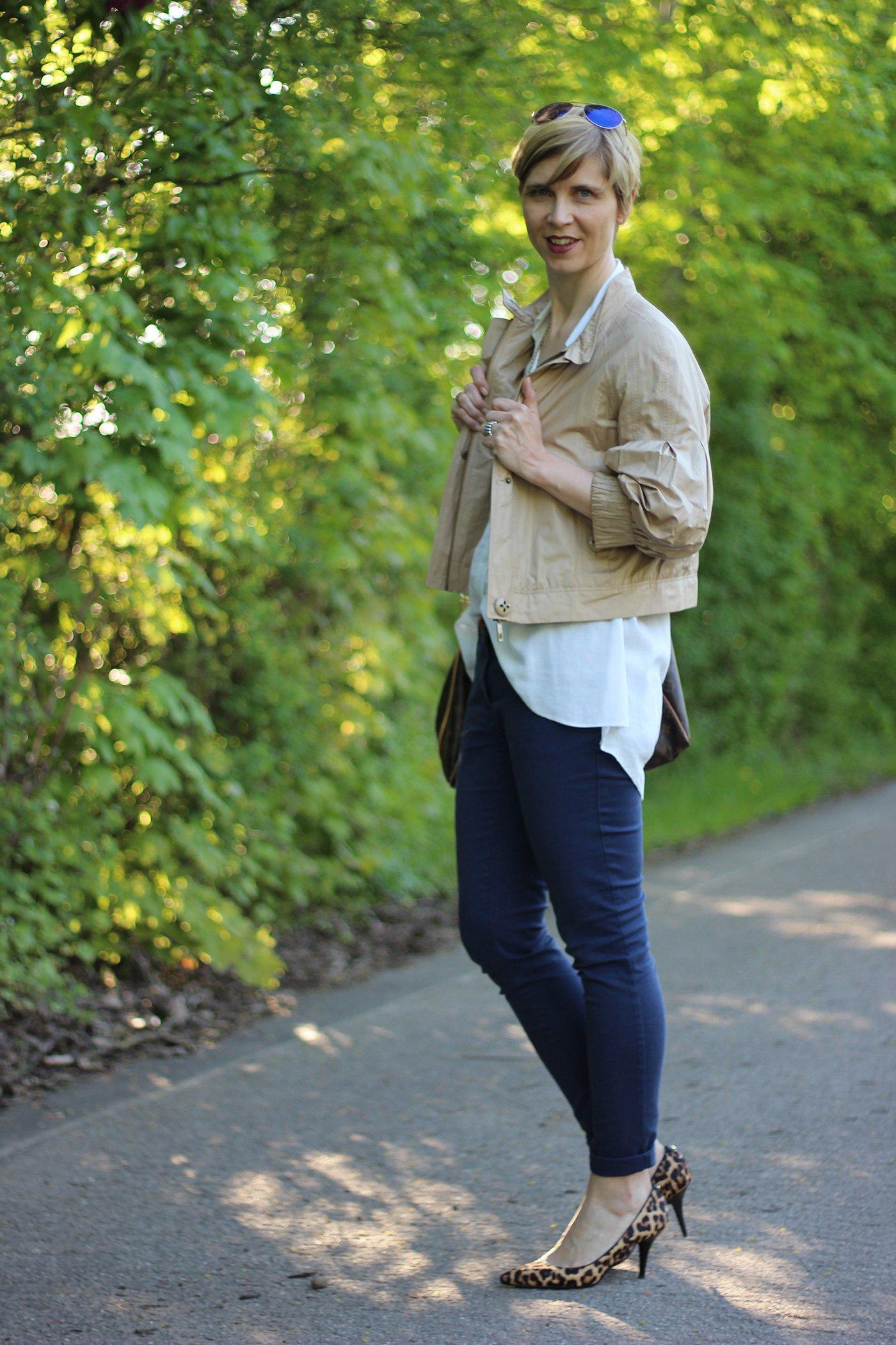 IMG_4095a_leo_leopumps_blue_blau_Lace_Spitze_Bluse_Stellaanddot_Outfit_AHemadundaHos_Conny_Fashion_Modeblog_Escada