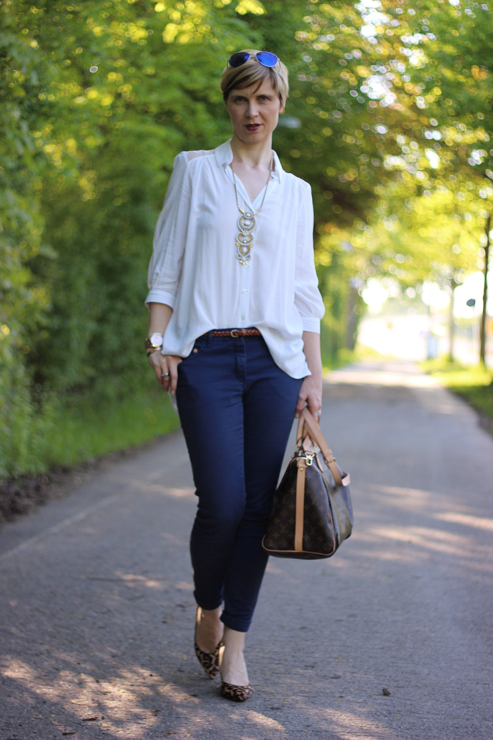 IMG_4122a_leo_leopumps_blue_blau_Lace_Spitze_Bluse_Stellaanddot_Outfit_AHemadundaHos_Conny_Fashion_Modeblog_Escada