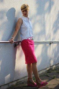 IMG_7619a_Bleistiftrock_Sommerbürooutfit_summerofficelook_AhemadundaHos_aermelloseBluse_weiss_Pink_