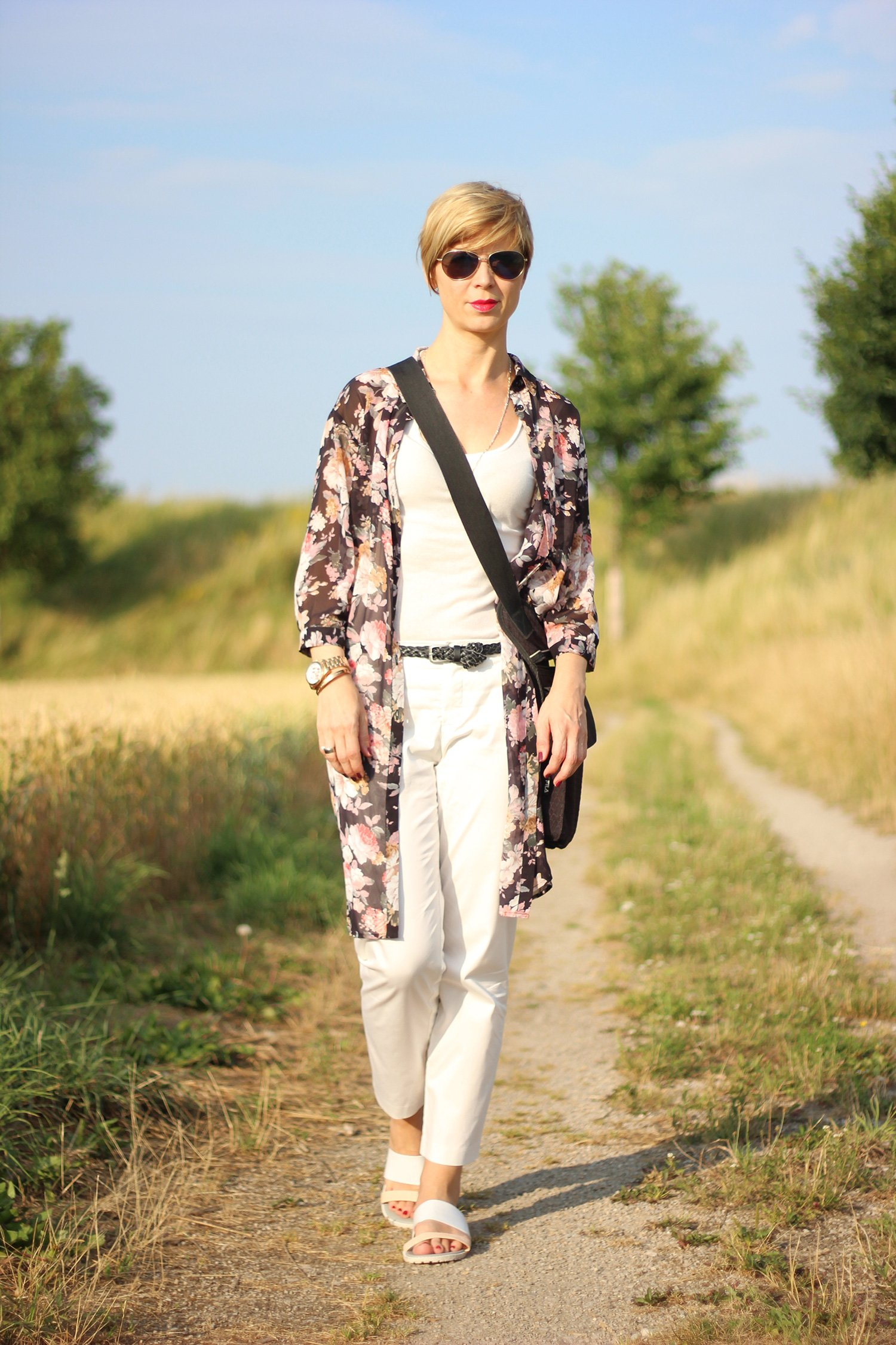 IMG_7962aLongbluse_Blumen_flowers_weisseHose_whitepants_oui_top_summer_fashion_aheamdundahos_conny_crossbodybag