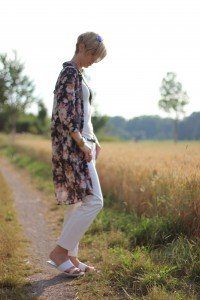 IMG_8020aLongbluse_Blumen_flowers_weisseHose_whitepants_oui_top_summer_fashion_aheamdundahos_conny_crossbodybag