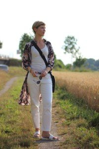 IMG_8030aLongbluse_Blumen_flowers_weisseHose_whitepants_oui_top_summer_fashion_aheamdundahos_conny_crossbodybag