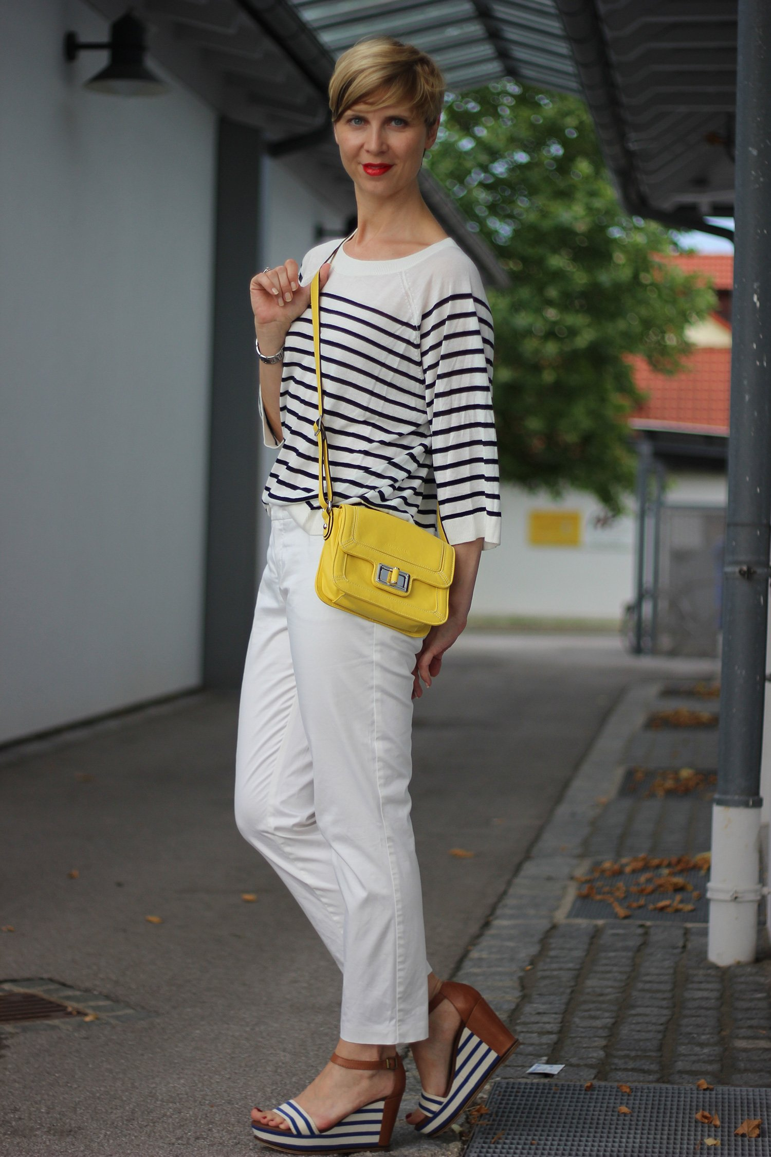 IMG_8259a_OUI_hose_weisse_weiß_white_Streifen_stripes_blue_white_Marcopolo_H&M_Shirt