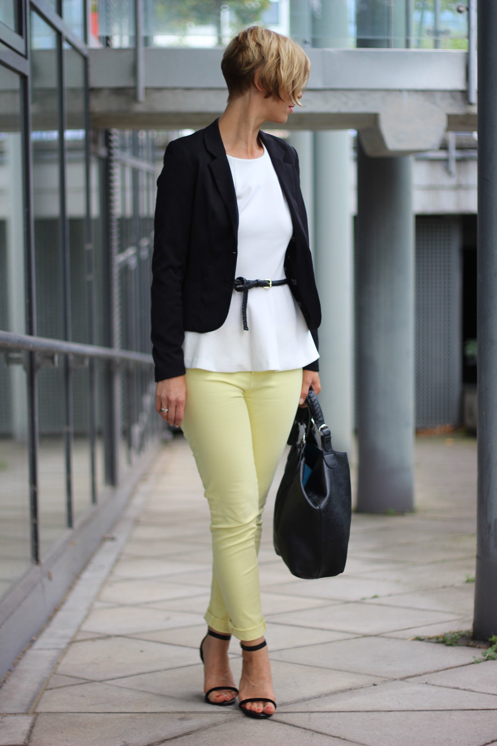 IMG_0101a_JBrand_gelbeJeans_yellow_Peplum_Mango_H&M_blazer_Sandaletten_blackwhite_schwarzweiß_Conny_AHemadundaHos