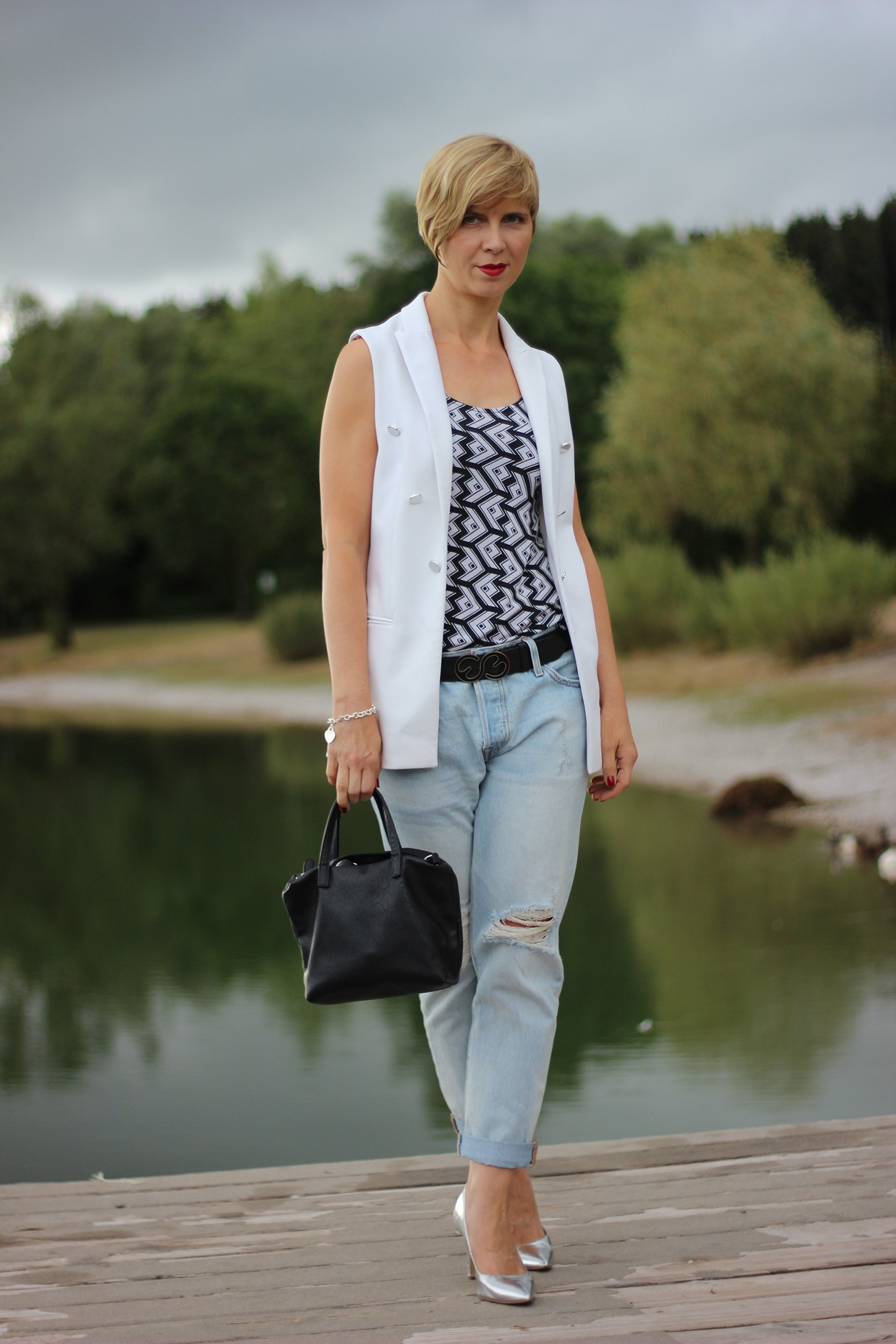 IMG_0460a_Levis501_DestroyedJeans_ü40_fashionblog_oui_weste_MetallicHeels_blackandwhite_schwarz_weiß_Top_casual_Ahemadundahos