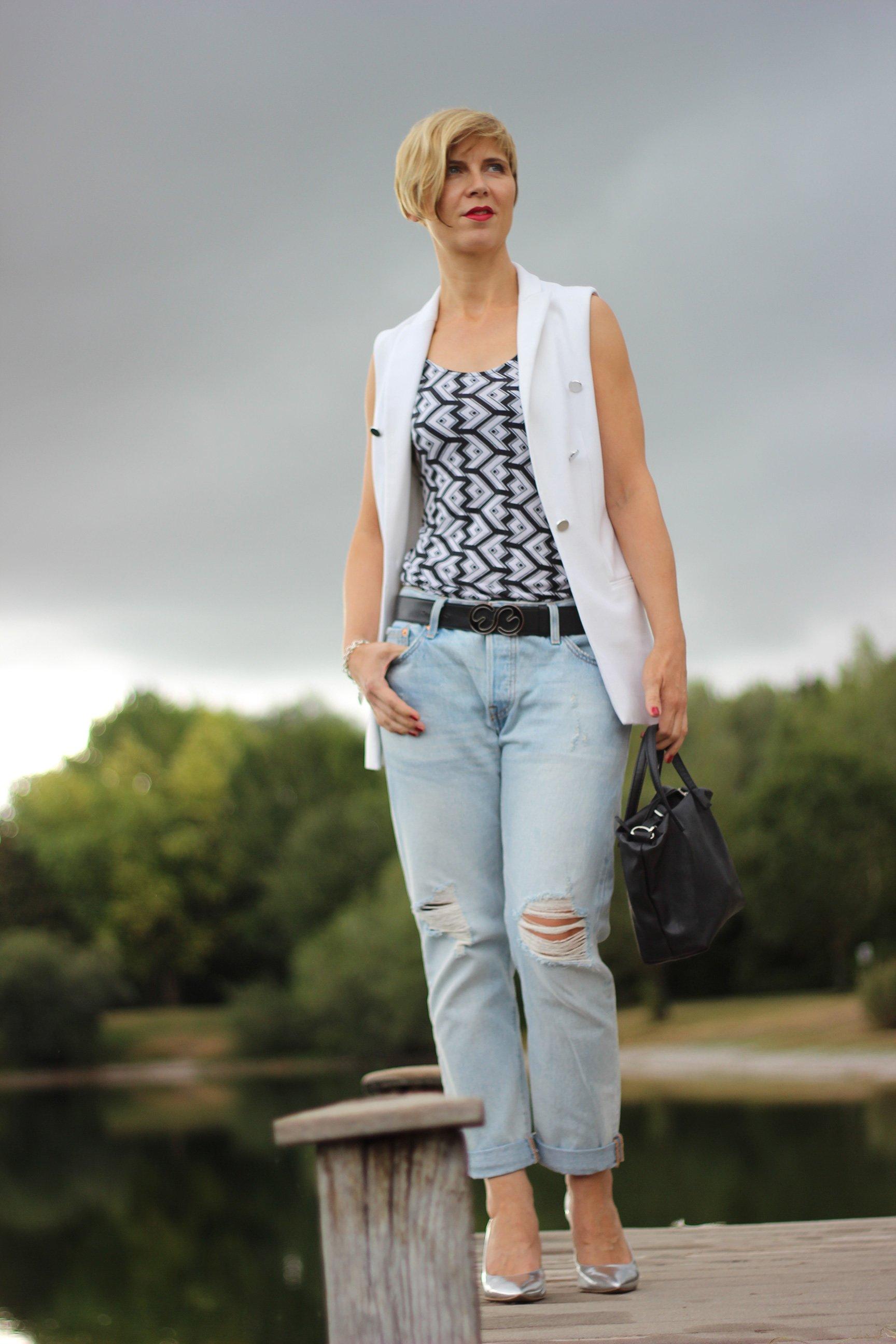 IMG_0477a_Levis501_DestroyedJeans_ü40_fashionblog_oui_weste_MetallicHeels_blackandwhite_schwarz_weiß_Top_casual_Ahemadundahos