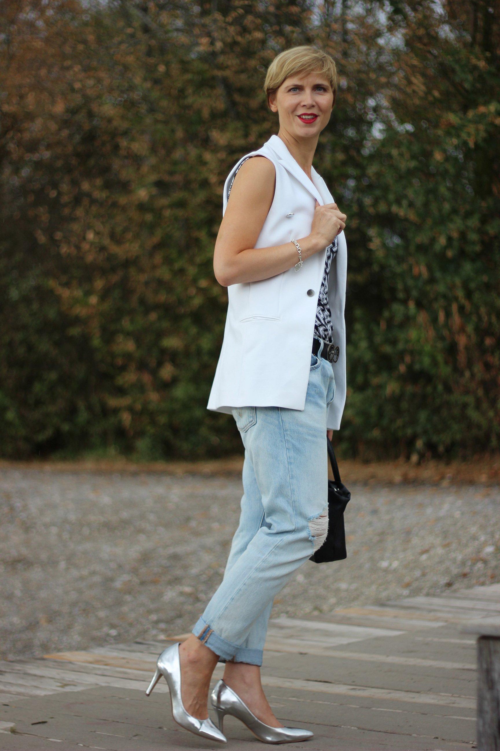 IMG_0508a_Levis501_DestroyedJeans_ü40_fashionblog_oui_weste_MetallicHeels_blackandwhite_schwarz_weiß_Top_casual_Ahemadundahos