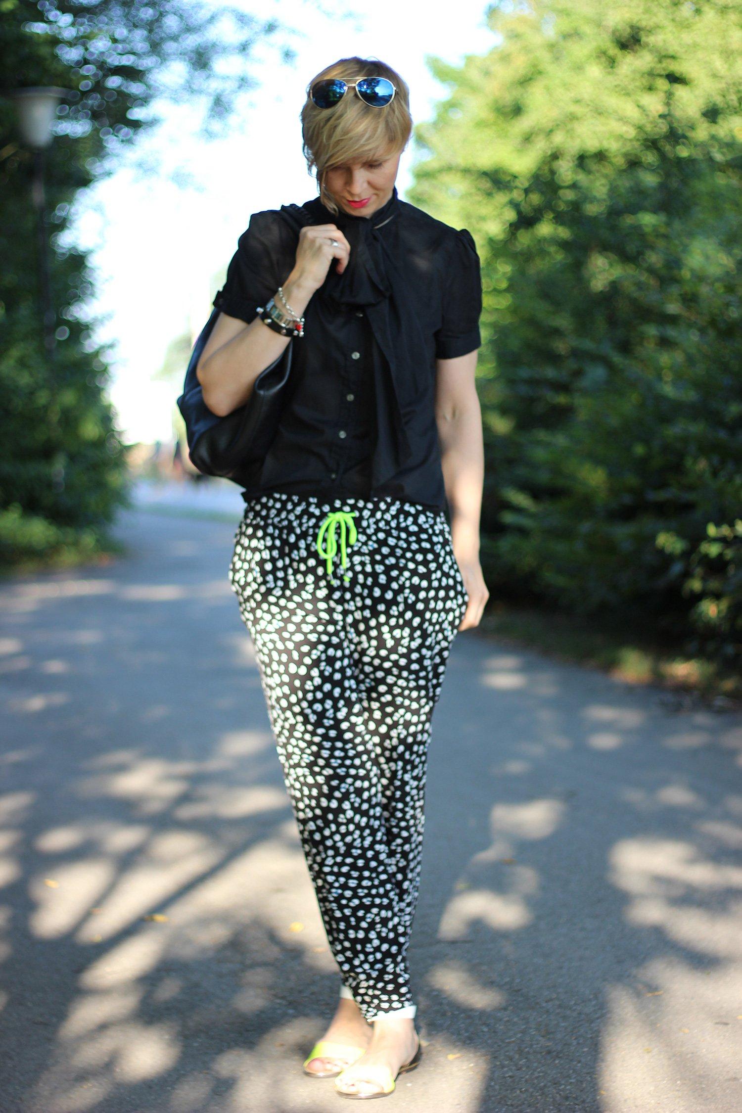 IMG_8993a_Oui_Hose_RalphLauren_flacheSandalen_Fashionblog_ü40blog_Conny_AHemadundaHos_Schluppenbluse