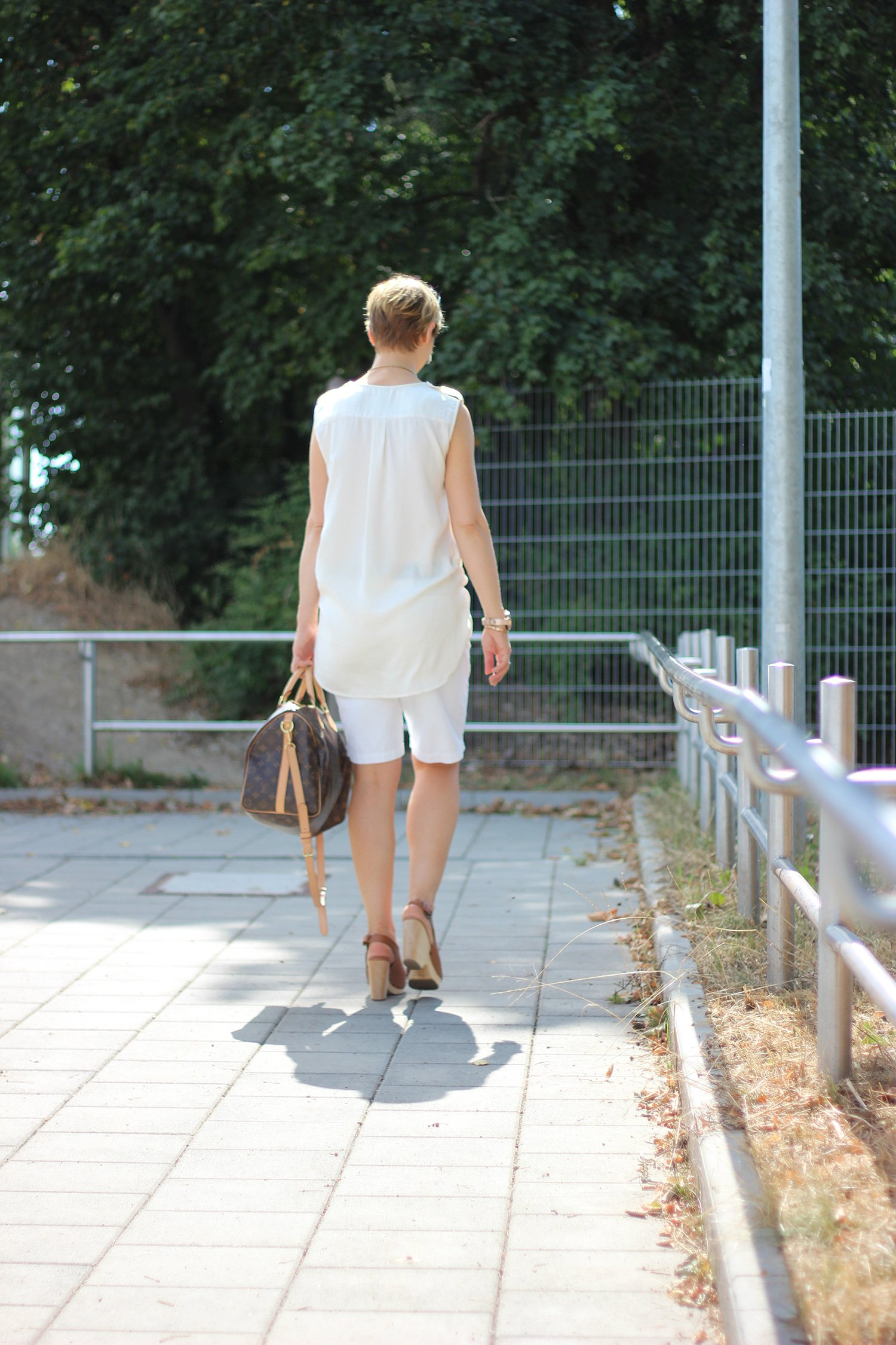 IMG_9201a_ü40_ue40_Fashionblog_BodenShorts_Speedy40_LouisVuitton_weiß_creme_Sonnenhut_SellaandDot