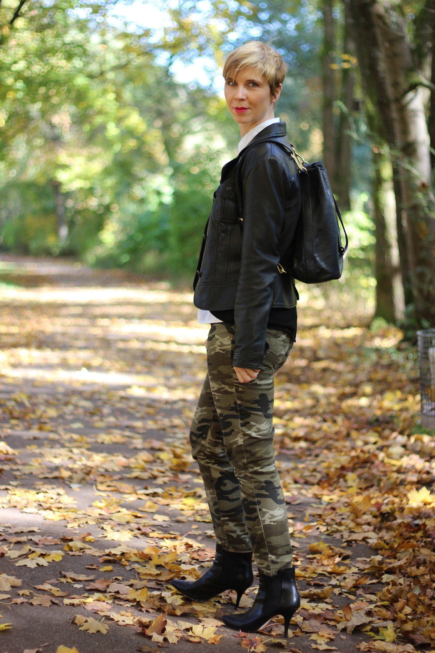 IMG_5319a_Camouflage_Set_ConnyDoll_AHemadundahos_H&M_Pulli_Espritbluse_schwarzweiß_Blackandwhite_Rucksack_DuneLondon_Gold_Zarakette