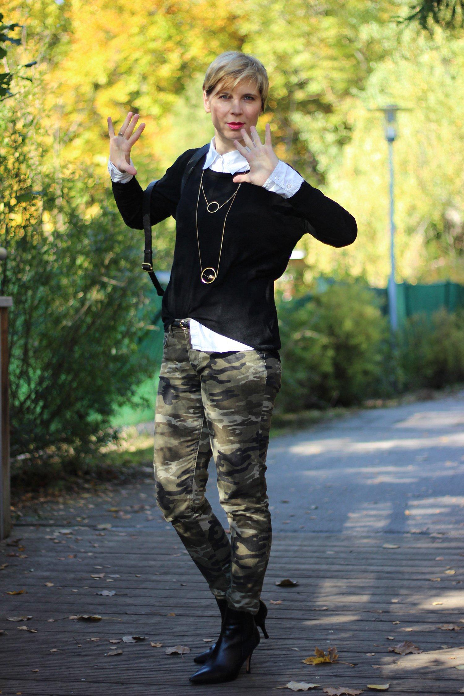 IMG_5356a_Camouflage_Set_ConnyDoll_AHemadundahos_H&M_Pulli_Espritbluse_schwarzweiß_Blackandwhite_Rucksack_DuneLondon_Gold_Zarakette