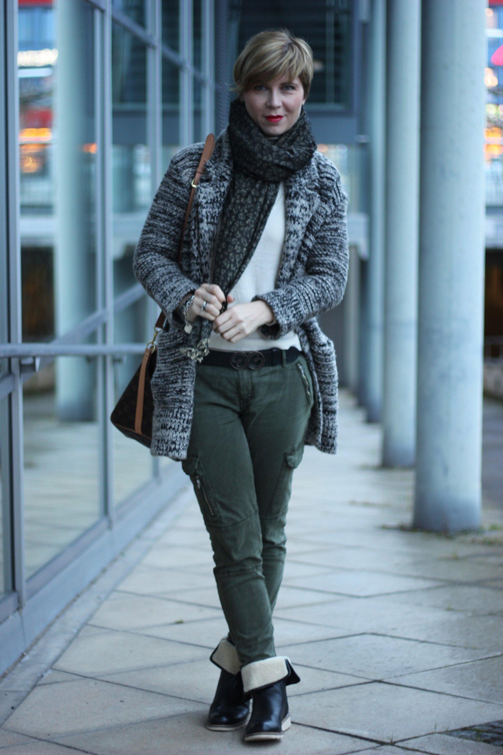 IMG_2278a_Zara_Cardigan_KhakiPants_Casual_Conny_Ahemadundahos_turtlenecksweater_Rollkragen_beige_Airfield_jacke