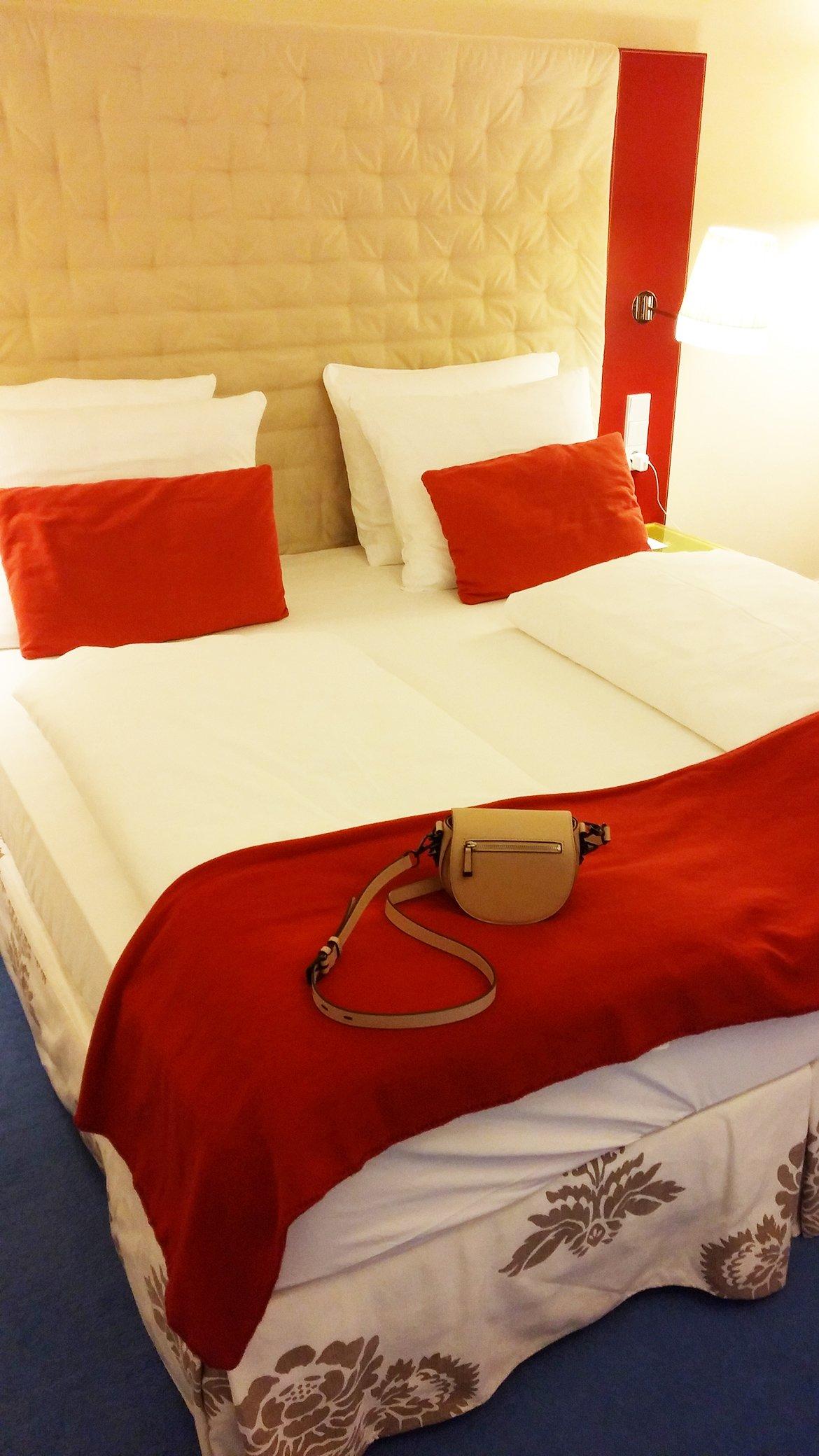 wunderbares, weiches Bett - Rot und weiß...
