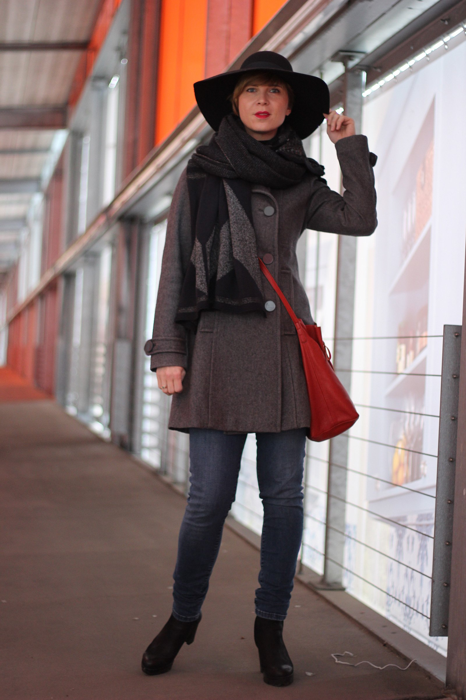 grauer Mantel, Hut, HighwaistJeans, rote Tasche, Capeschal