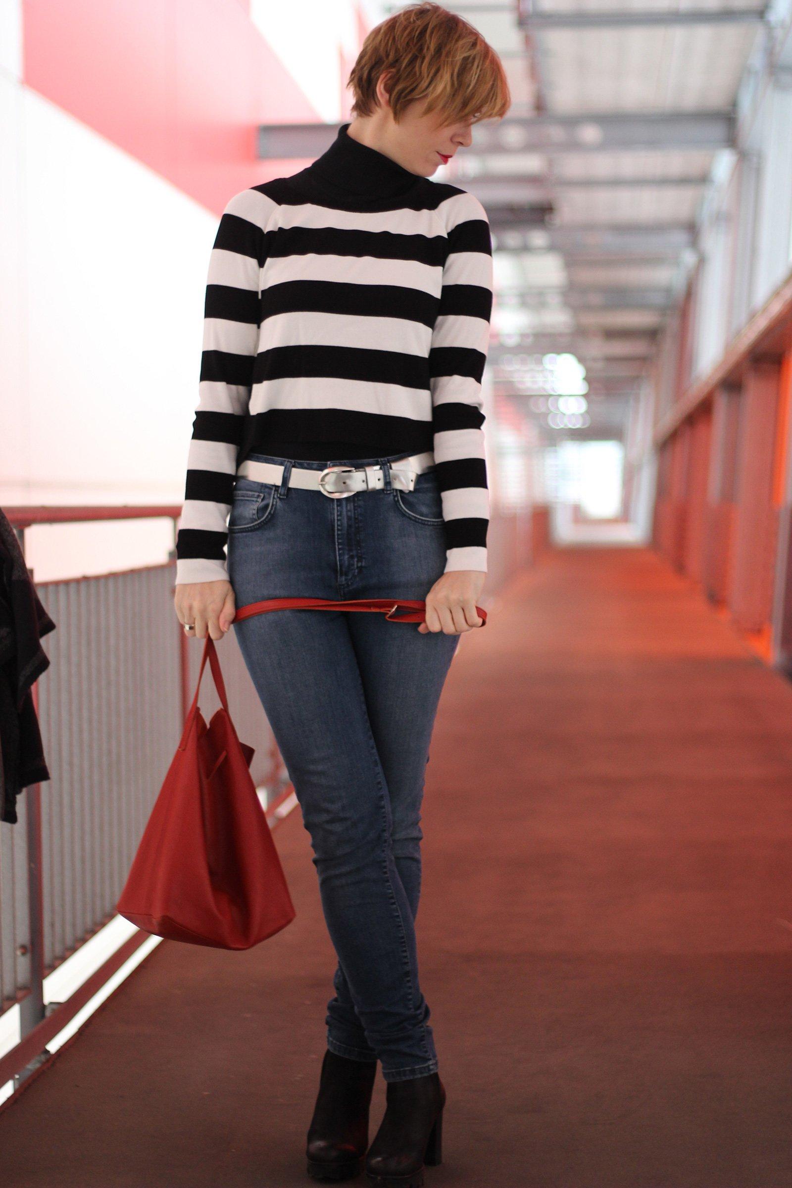 High Waist Jeans und Kurzpullover von vorne