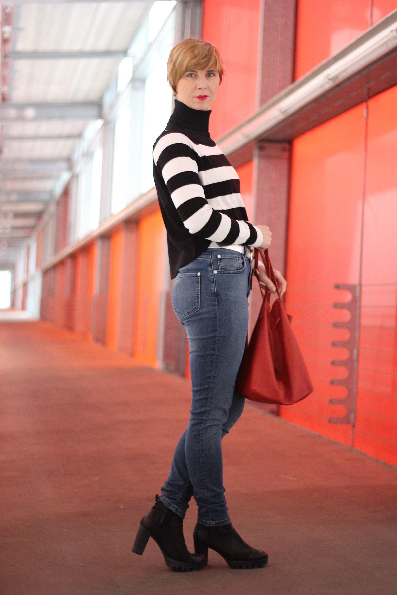 Kurzpullover mit schwarz-weißen Blockstreifen - highwaist jeans und hohe Absätze