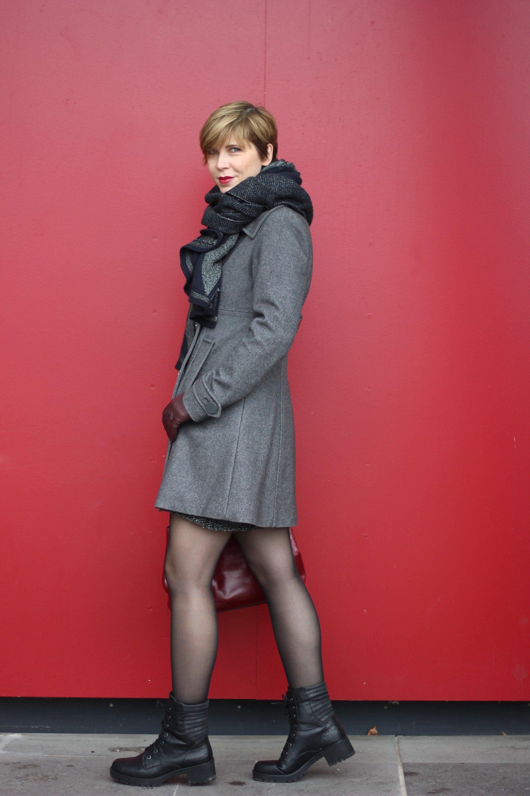 Rock - Woche: Mantel mit Schal - vor roter Wand - burgunderrote Michael Kors Tasche