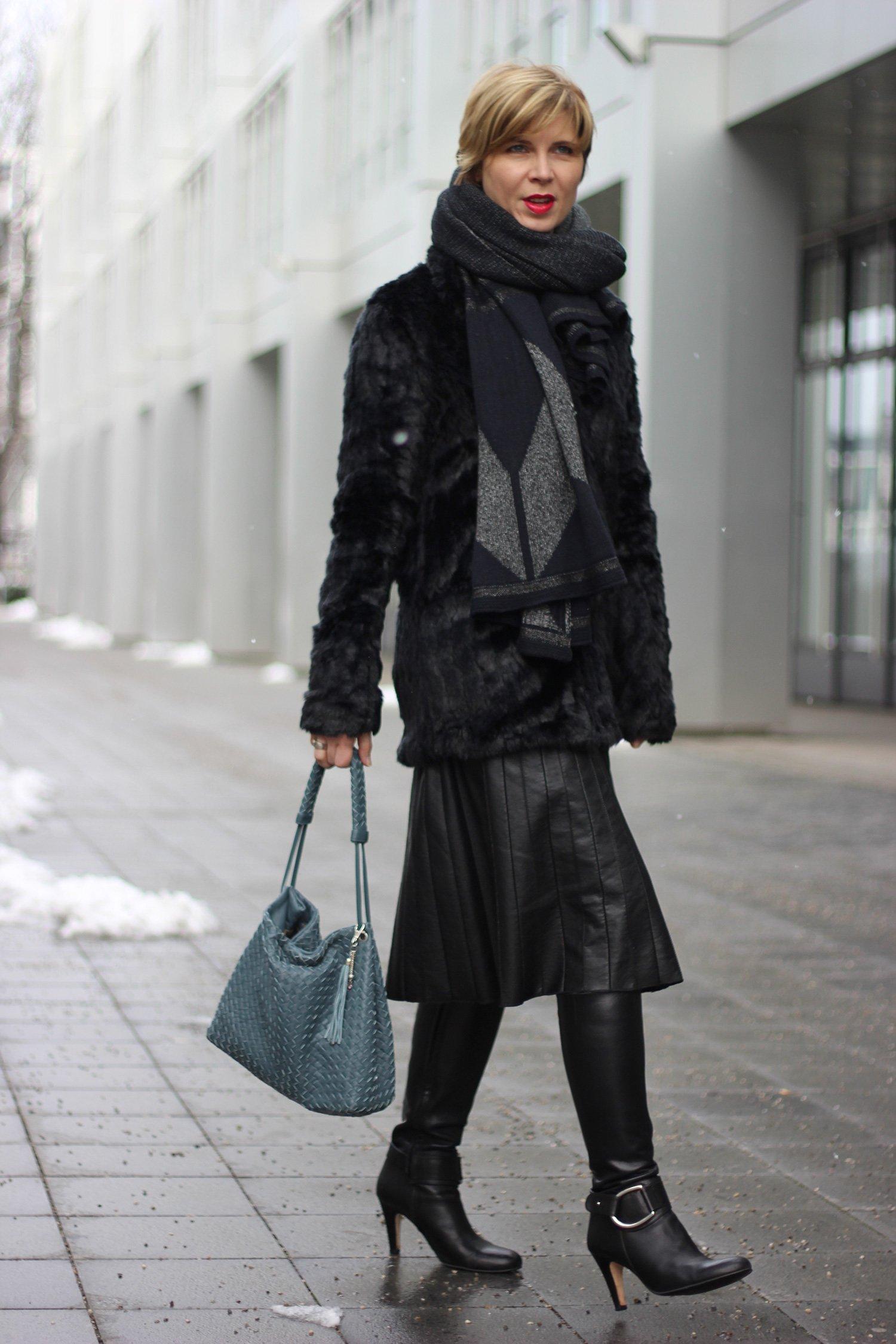 Fakelederrock mit Fakefurjacke, alles in schwarz, metallic-Gürtel