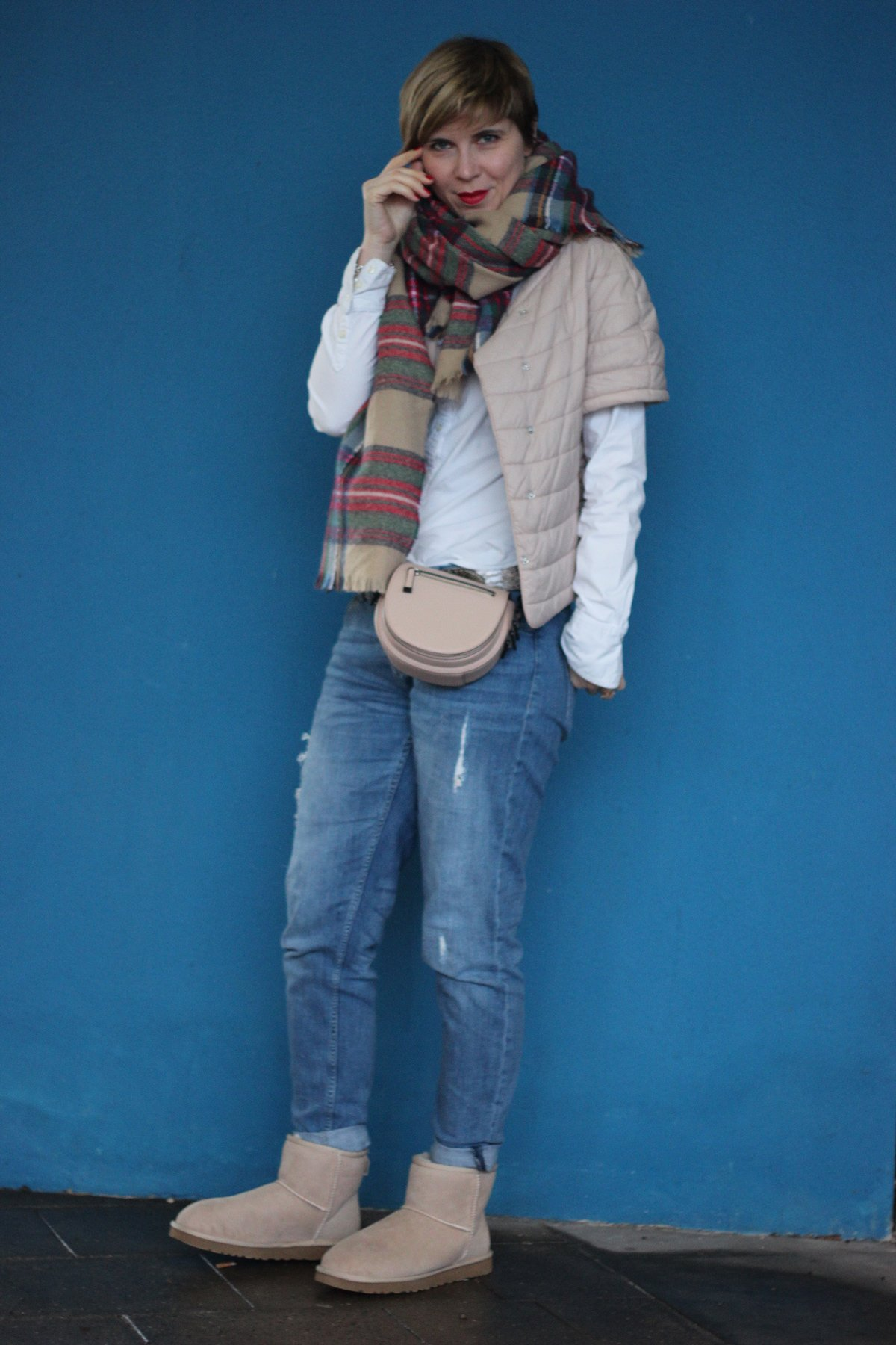 IMG_3360a-conny-doll-uggs-boyfriend-karoschal-weiße-bluse-windsor-outfitblog